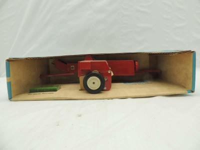 1/16th Ertl International BLUE BOX Stock #447