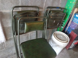 (4) geen folding chairs