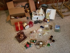 Holiday Décor And Assorted Napkin Holders Lot