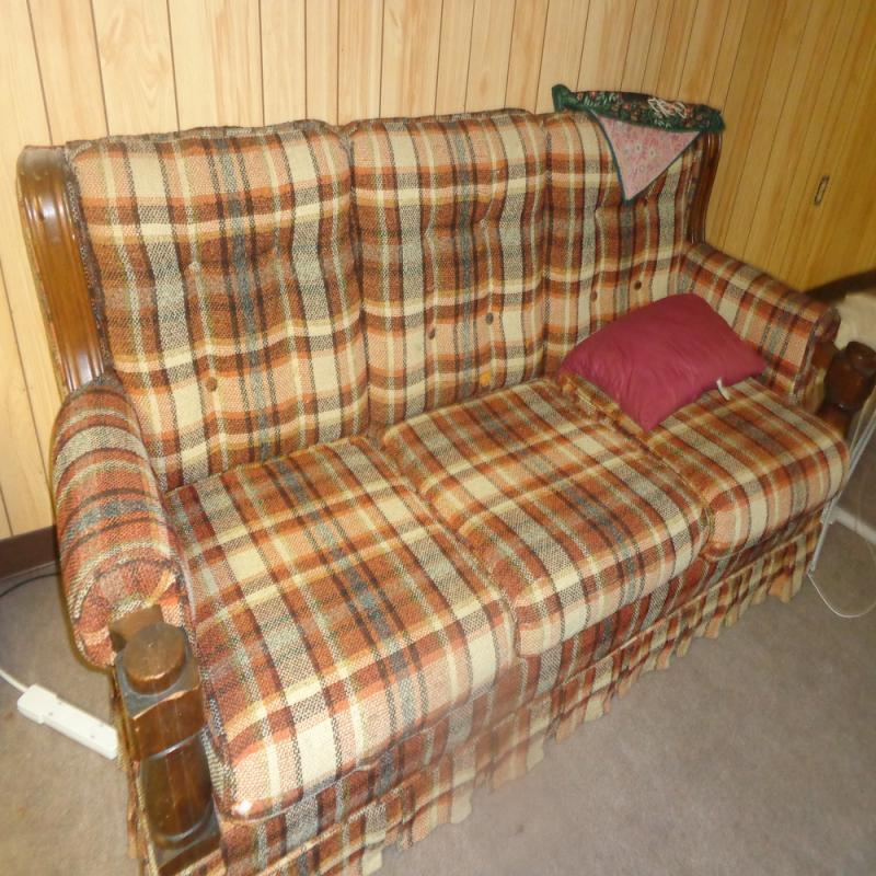 190 Early American Style 3 Cushion Sofa